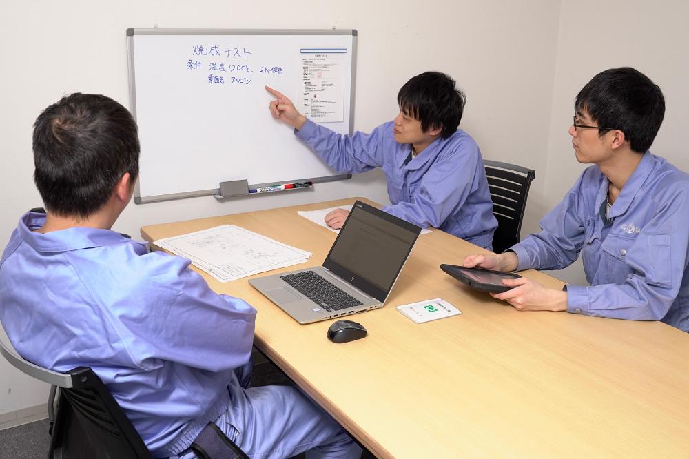 コンピューターで設計作業を行っている社員